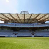 Il tetto del Warner Stand del Lord's Cricket Ground con le più grandi travi di rovere bianco americano lamellare